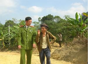 Thượng úy Xa Quang Thực luôn lắng nghe ý kiến của nhân dân.