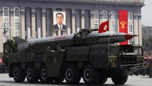 Một tên lửa của CHDCND Triều Tiên trong buổi diễu binh ở Bình Nhưỡng hôm 15-4 - Ảnh: Reuters
