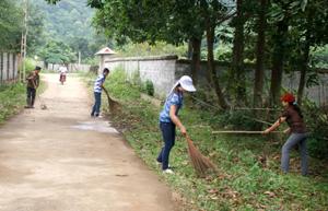 """Phụ nữ xã Hòa Sơn (Lương Sơn) hưởng ứng """"Ngày nước thế giới năm 2012"""" với nhiều hoạt động thiết thực giữ gìn môi trường xanh - sạch - đẹp trong gia đình và cộng đồng."""