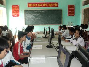 Trường THCS Yên Lạc (Yên Thủy) được đầu tư các phòng học bộ môn, phòng học tin học, đã giúp cán bộ, giáo viên và học sinh tiếp cận các tiện ích của CNTT vào công tác giảng dạy và học tập.