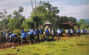 Lực lượng ĐV - TN xã tham gia làm đường giao thông liên xóm hưởng ứng thánh thanh niên năm 2012.