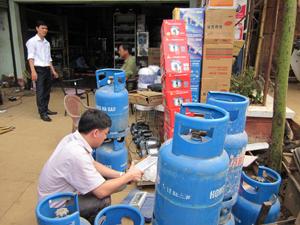 Đoàn kiểm tra thực tế về định lượng bình gas tại 1 cơ sở trên địa bàn huyện Tân Lạc.