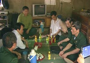 Ban Liên lạc thăm hỏi, tặng quà gia đình thương binh Bùi Văn Phúc.