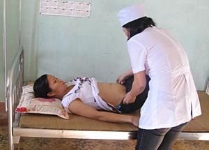 Cán bộ Trạm Y tế xã Đồng Tâm (Lạc Thủy) thăm, khám phụ nữ mang thai trước khi sinh.