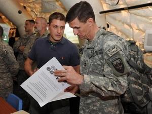 Trung tướng Michael Flynn (phải) được đề cử đứng đầu Cơ quan Tình báo Quốc phòng.