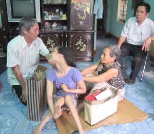 Đoàn thăm, động viên cháu Trần Thị Ngọc Linh bị bại liệt.