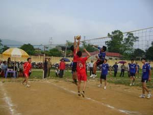 Một trận thi đấu tại nội dung bóng chuyền nam giữa đội xã Phúc Tiến và xã Hợp Thành.