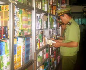 Đoàn kiểm tra liên ngành kiểm tra việc niêm yết giá bán thuốc tại nhà thuốc An Trường.