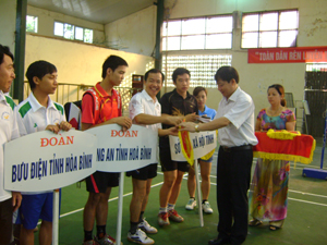 Đ/C Bùi Văn Cửu, Phó Chủ tịch TT UBND tỉnh trao cờ lưu niệm của giải cho các đoàn tham gia.