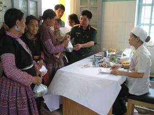 Các y, bác sỹ bệnh viện Quân y 7 – Quân khu III khám bệnh, cấp thuốc miễn phí cho hơn 500 người ở 2 xã Hang Kia, Pà Cò.