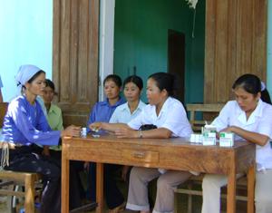 Thông qua chiến dịch CSSKSS hàng năm, phụ nữ xã Bình Chân (Lạc Sơn) được tư vấn miễn phí các vấn đề về sức khỏe sinh sản.