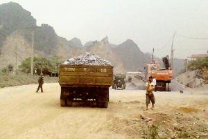 Các doanh nghiệp đóng trên địa bàn xóm Quán Sơn, xã Cao Thắng (Lương Sơn) đặt máy nghiền đá ngay trên mặt đường gây ô nhiễm môi trường.