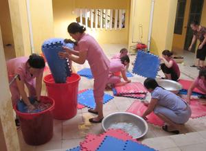 Cán bộ, giáo viên trường mầm non Tân Thịnh B thực hiện khử trùng ngăn chặn khả năng lây lan bệnh tay, chân, miệng.