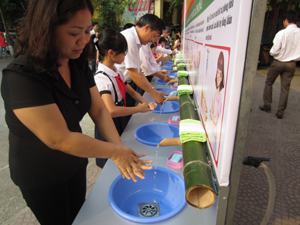 Lãnh đạo các sở, ngành cùng với học sinh trường Tiểu học Lý Tự Trọng (TPHB) thực hiện rửa tay bằng xà phòng trong ngày ra quân hưởng ứng Chiến dịch quốc gia phòng chống bệnh tay, chân, miệng.
