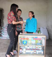 Cán bộ Trạm BVTV Kỳ Sơn kiểm tra  hoạt động của Tổ dịch vụ BVTV xã Mông Hóa.