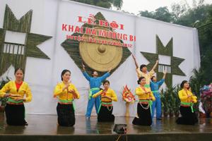 Một tiết mục văn nghệ trong Lễ hội Khai Hạ Mường Bi.