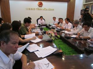 Đồng chí Nguyễn Văn Dũng, Phó Chủ tịch UBND tỉnh và các đại biểu tham dự hội nghị trực tuyến tại điểm cầu Hòa Bình.