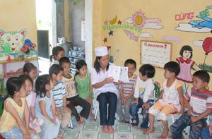 Giáo viên trường MN xã Cao Sơn (Đà Bắc) tuyên truyền cách rửa tay bằng xà phòng cho trẻ.