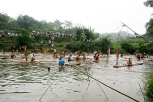 Người dân tập trung đánh bắt cá tại khúc suối xã Lỗ Sơn, huyện Tân Lạc tại lễ hội đánh cá suối tháng 3 năm 2011.