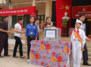 Cán bộ và nhân dân huyện Kỳ Sơn quyên góp ủng hộ cựu thanh niên xung phong  có hoàn cảnh  khó khăn.