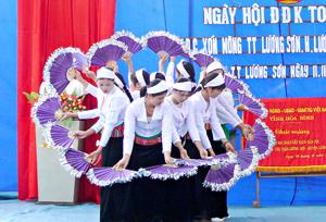 Nhân dân xóm Mòng - thị trấn Lương Sơn (Lương Sơn) múa hát trong ngày hội đại đoàn kết toàn dân tộc.