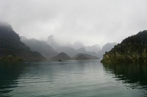 Hồ Hoà Bình với cảnh núi non bồng bềnh trong sương sớm.