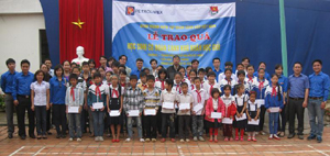 Đoàn tình nguyện cùng các em học sinh có hoàn cảnh khó khăn vươn lên học tốt trên địa bàn.