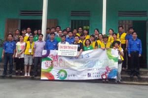 Đại diện lãnh đạo Tỉnh đoàn, đoàn tình nguyện cùng nhân dân địa phương tại Nhà văn hoá xóm Mời Mít, xã Yên Mông (thành phố Hòa Bình) sau khi tu sửa.