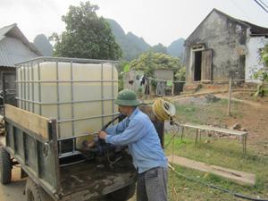Thiếu nước sinh hoạt, người dân xã Đú Sáng (Kim Bôi) phải mua nước với giá từ 75.000-85.000 đồng/m3.