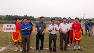 BTC trao cờ lưu niệm cho các đội tham gia giải.