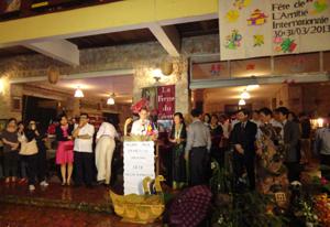 Du khách tìm hiểu văn hóa dân tộc Mường Hòa Bình thông qua các lễ hội, hiện vật được trưng bày tại lễ hội.