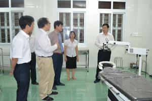 Đồng chí Bùi Văn Cửu, Phó Chủ tịch TT UBND tỉnh thăm phòng mổ mắt tại Trung tâm phòng, chống bệnh xã hội tỉnh.