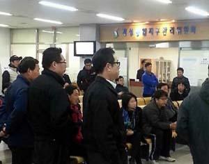 Công nhân Hàn Quốc đứng sếp hàng tại CIQ chờ được cấp phép vào Kaesong (ảnh: Yonhap)