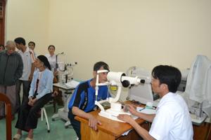 Bác sĩ Trung tâm Phòng - chống bệnh xã hội tỉnh kiểm tra mắt cho bệnh nhân trước khi mổ.