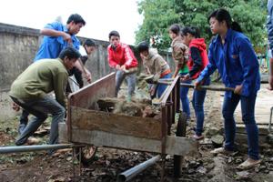 ĐVTN huyện Lạc Sơn tham gia thu gom rác thải, san sân trường mầm non xã Văn Nghĩa.