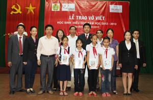 Đại diện lãnh đạo LDLĐ tỉnh, Công ty Prudential Việt Nam trao vở cho các em học sinh trường tiểu học xã Dân Chủ (TP Hòa Bình).