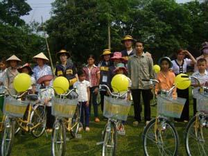 Trao tặng xe đạp tại xã Cuối Hạ (Kim Bôi).