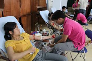 Đông đảo cán bộ, công nhân viên chức huyện Lạc Sơn tham gia ngày hội hiến máu tình nguyện năm 2013.
