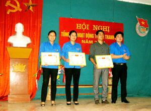 Đại diện lãnh đạo Thành đoàn trao giấy khen cho các tập thể có thành tích xuất sắc trong tháng thanh niên năm 2013.