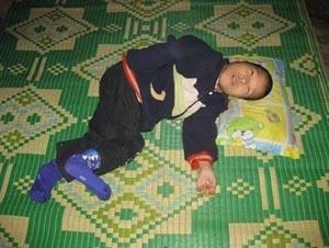 Em Bùi Thị Hoa bất động trên giường.