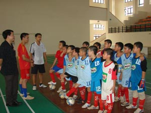 Ban huấn luyện trao đổi kỹ, chiến thuât với các cầu thủ đội bóng học sinh tiểu học tỉnh trong một buổi tập tại nhà đa năng trường CĐ văn hoá-nghệ thuật Tây Bắc.