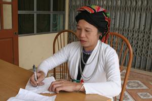 Bà Hà Thị Tươi, xóm Đắt, xã Giáp Đắt say mê hát và sáng tác nhiều bài hát khắp Tày.