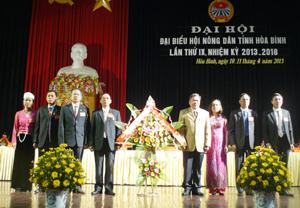 Đồng chí Hoàng Việt Cường, Bí thư Tỉnh uỷ tặng lẵng hoa của Tỉnh uỷ, HĐND, UBND, UBMTTQ tỉnh chúc mừng Đại hội.