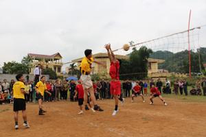 Một trận thi đấu tại giải bóng chuyền vô địch huyện Kỳ Sơn năm 2013.