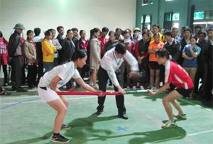 Các VĐV tham dự môn đẩy gậy tại giải thể thao kéo co - bắn nỏ - đẩy gậy huyện Kim Bôi năm 2013.