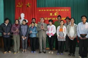 Lãnh đạo LĐLĐ tỉnh trao BHYT cho các hộ cận nghèo xã Hợp Kim (Kim Bôi).