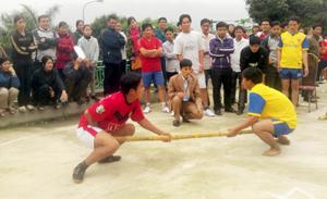 Các VĐV tham dự môn đẩy gậy tại giải thể thao kéo co - bắn nỏ - đẩy gậy huyện Đà Bắc năm 2013.