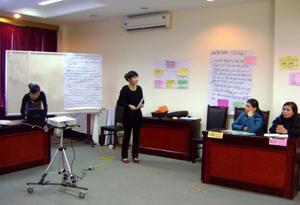 Các học viên trình bày thao luận theo nhóm tại lớp tập huấn.