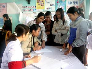 Phụ nữ xã Trung Minh (TPHB) tham gia Chiến dịch SKSS/KHHGĐ đợt I.