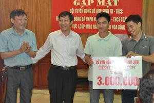 Sở VH–TT&DL tặng thưởng cho đội tuyển bóng đá Tiểu học – THCS trước giải đấu.